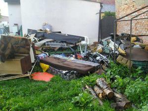 bonus od paní majitelky, tuny odpadu mimo jiné i dvě na půl rozebraná auta, komunální odpad(neplatila za odvoz)starý nábytek atd atd