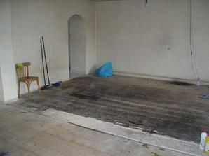Vyklízený původní obývák, dvě vrstvy koberce a tři vrstvy lina :-o