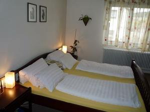 ložnice,chci nějakou pěknou tapetu za postel ale pořád nemůžu najít tu pravou.