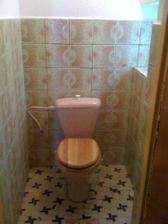 původní hrůza, tedy záchod s prkýnkem už je nový :-D
