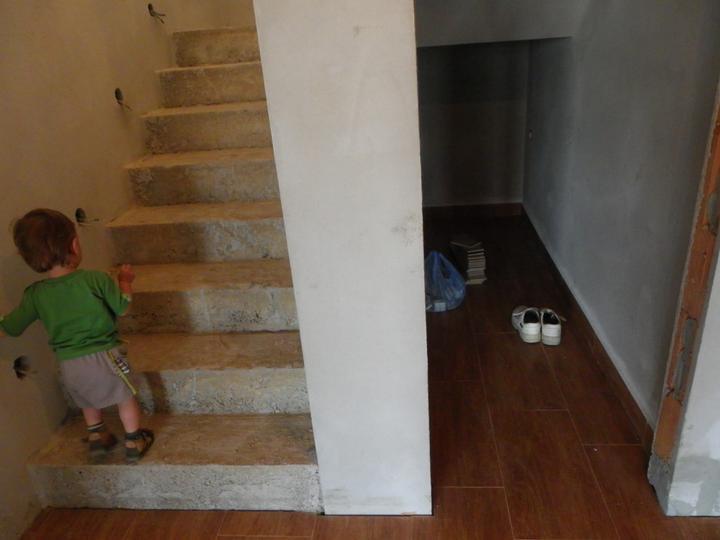 Stavba a interier - komora pod schodami