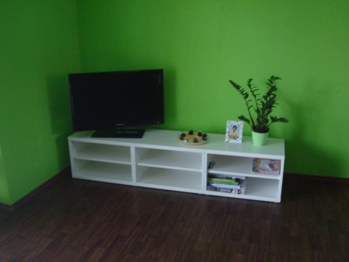 Bydlíme :) - po dvou letech bydlení začítáme dávat dohromady obývací stěnu. pro zatím korpus - ikea besta. dále jak budou penízky