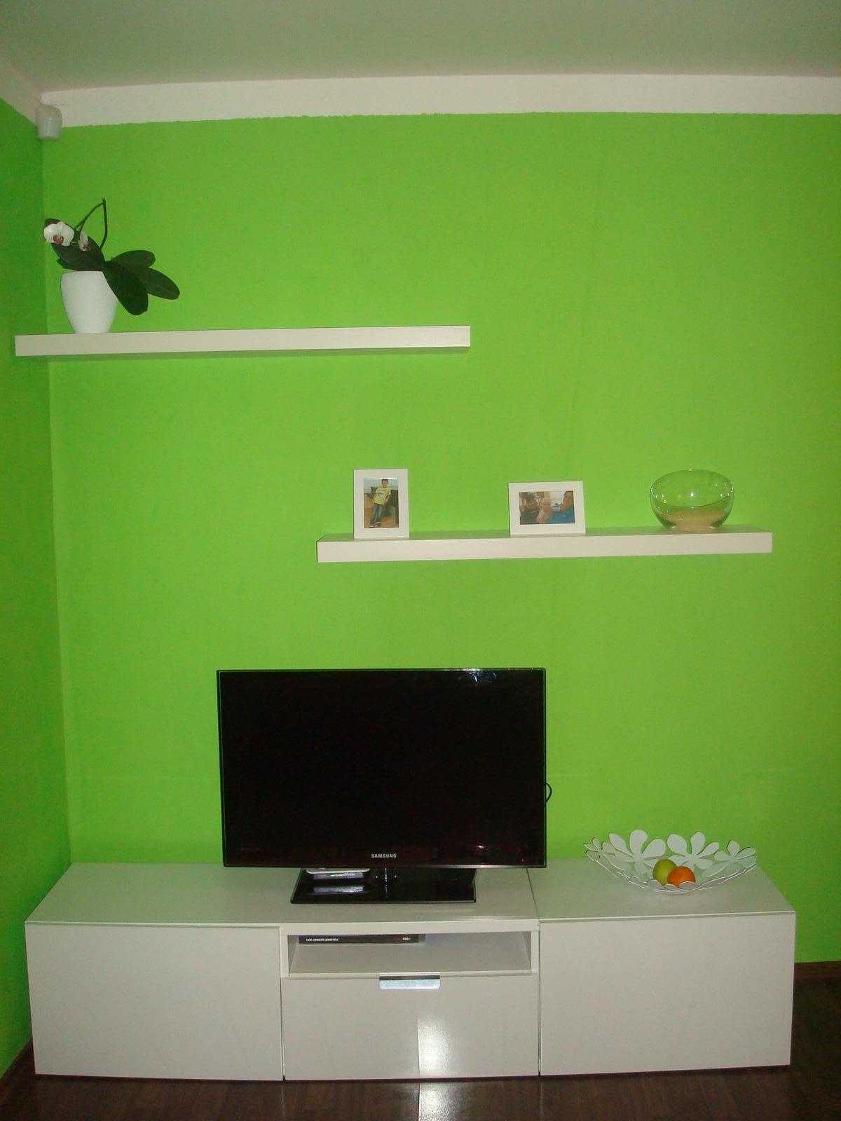 Bydlíme :) - doplněno o poličky, ted jen přemýšlím co tam dát za dekorace - budu ráda za typy