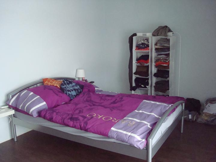 Bydlíme :) - pro zatím ... na skříń nejsou penízky, za postel příde tapeta, ale nějak není čas ...