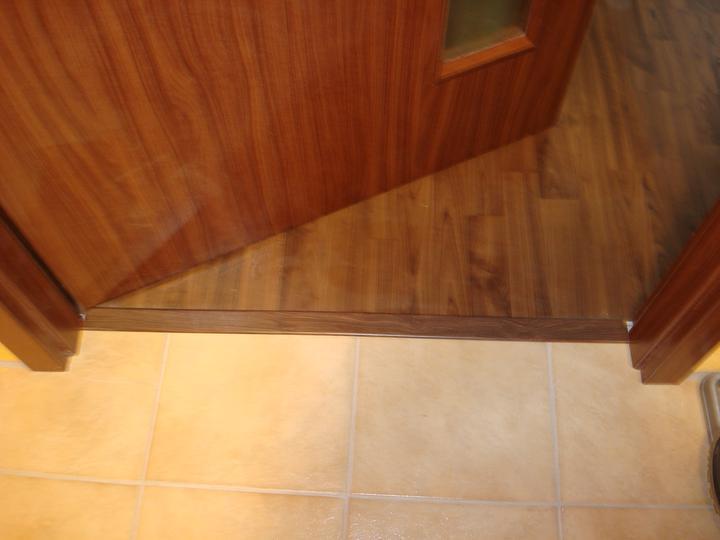 Bydlíme :) - přechodová lišta do obýváku - ta se vrtala do země