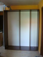skřín na chodbě - zatím jen korpus - dodělání v neděli :(