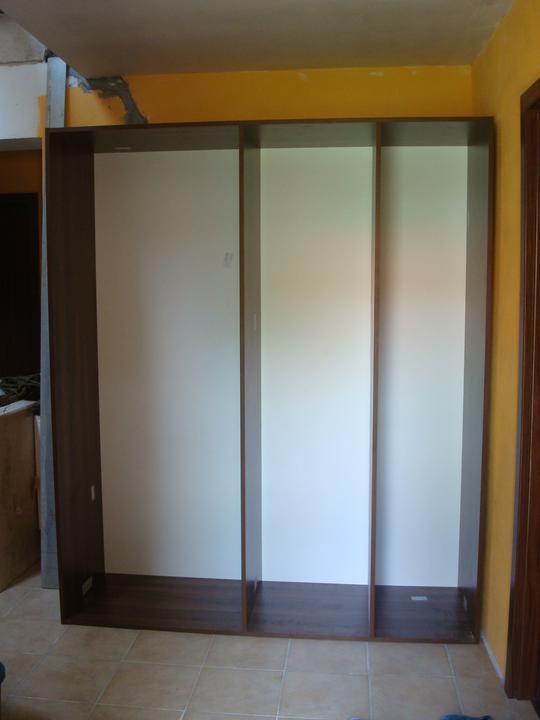Bydlíme :) - skřín na chodbě - zatím jen korpus - dodělání v neděli :(