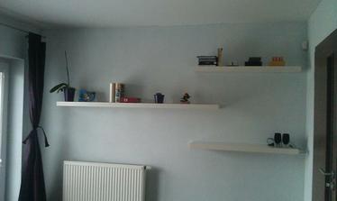 poličky v ložnici