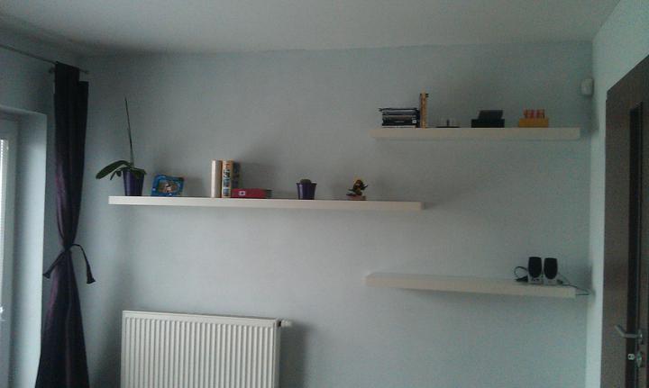 Bydlíme :) - poličky v ložnici