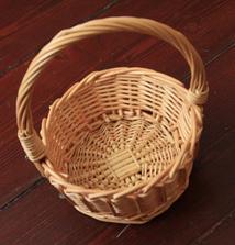 košíček pro družičku, také bude ovázaný stuhou :)