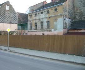 krutá realita, ještě se starým plotem......