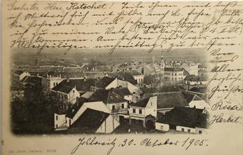 cca 5cm z leva 5cm zvrchu a 5cm ze spodu obrázku je vidět naše budova na staré fotce z roku 1905