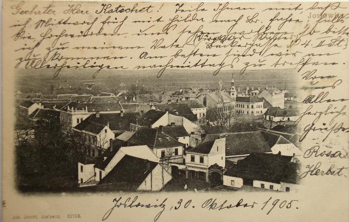Startujeme.... - cca 5cm z leva 5cm zvrchu a 5cm ze spodu obrázku je vidět naše budova na staré fotce z roku 1905