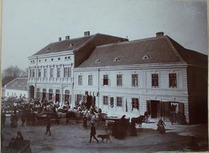 stará fotka - pohled ze předu budovy
