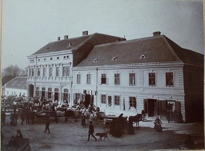 Startujeme.... - stará fotka - pohled ze předu budovy
