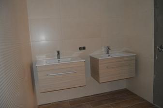 namontované skříňky do vrchní koupelny
