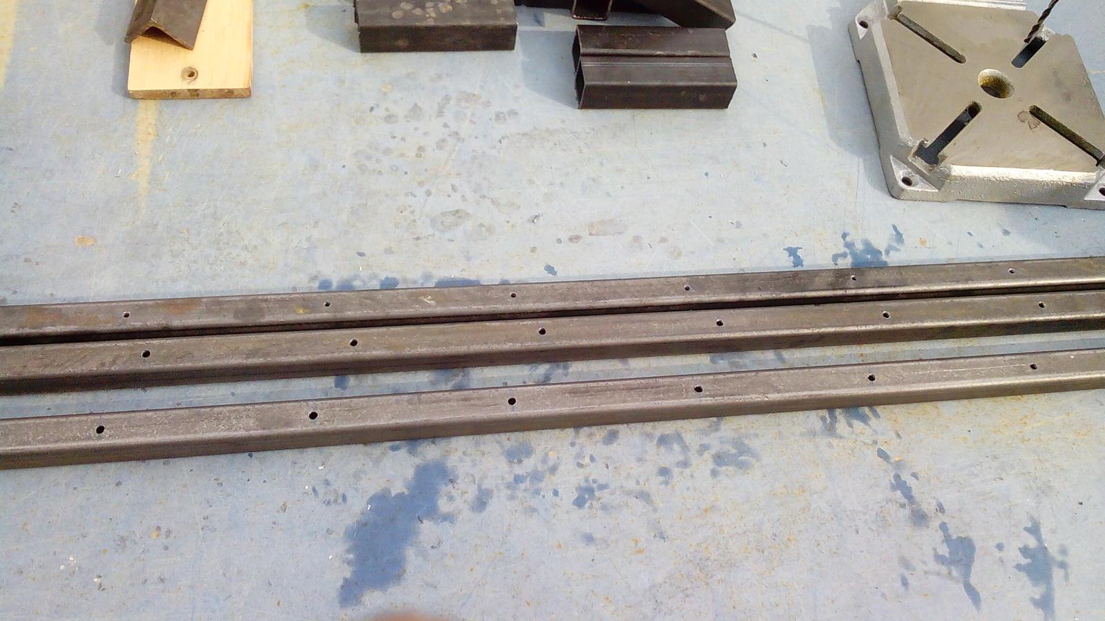 Dlhé stolárske svorky - V rozostupe 10cm som navŕtal diery priemeru 6,5mm na zaisťovacie kolíky