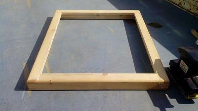 Rám okna, ktorý bol určený na vyhodenie kvôli nepresným rozmerom
