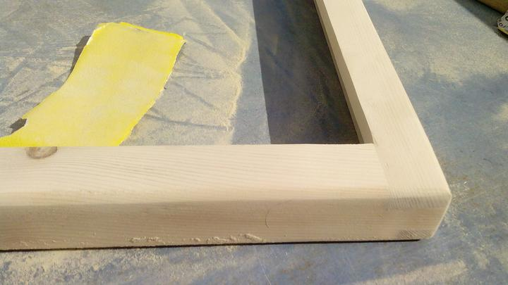 Po hrubom strojnom brúsení ručne prebrúsené brúsnym papierom č.120