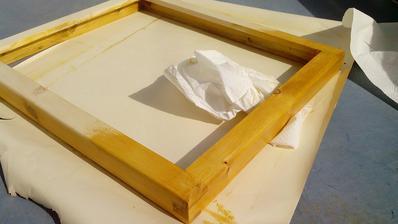 Po natretí a čiastočnom vsiaknutí pretriem povrch jemným savým papierom (kuchynská papierová utierka)