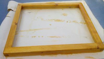 Dnes ešte raz prebrúsené brúsnym papierom č. 180 a poslednýkrát namorené. Zajtra budem rám napúšťať horúcim včelím voskom a leštiť.