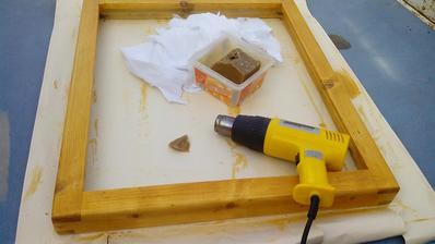 Dnes som pokračoval v napúšťaní dreveného rámu včelím voskom. Horúcovzdušnou pištolou som vosk topil a natieral na drevo