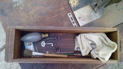 A neprehliadnite tie drobné, cenné vecičky. Dva staré kľúče, vrták - nebožiec, staré žiletky. To sú tiež zberatelské cennosti. :o)