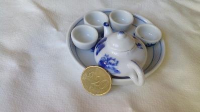 Krásna miniatúrna čajová súprava. Tú mincu som k tomu nedostal - tá je len pre porovnanie veľkosti.