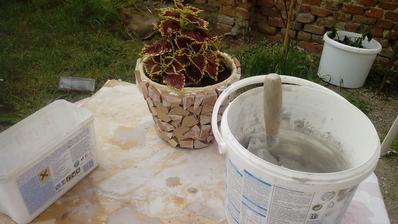 Suseda poobliepala kvetináče úlomkami obkladačiek a sused špároval