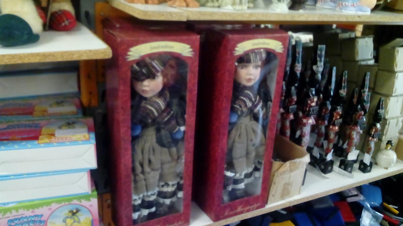 Kráľovstvo gombíkov (a aj všetkého iného) - Dnes som tam videl krásnu 45cm vysokú bábiku s porcelánovou hlavou za púhych 10€. Strašne dlho som pri nej stál a rozmýšľal, či ju kúpiť, alebo nie, ale nakoniec som ju nekúpil. Potrebujem sa mojej zbierky zbaviť a nie ju ešte rozširovať.