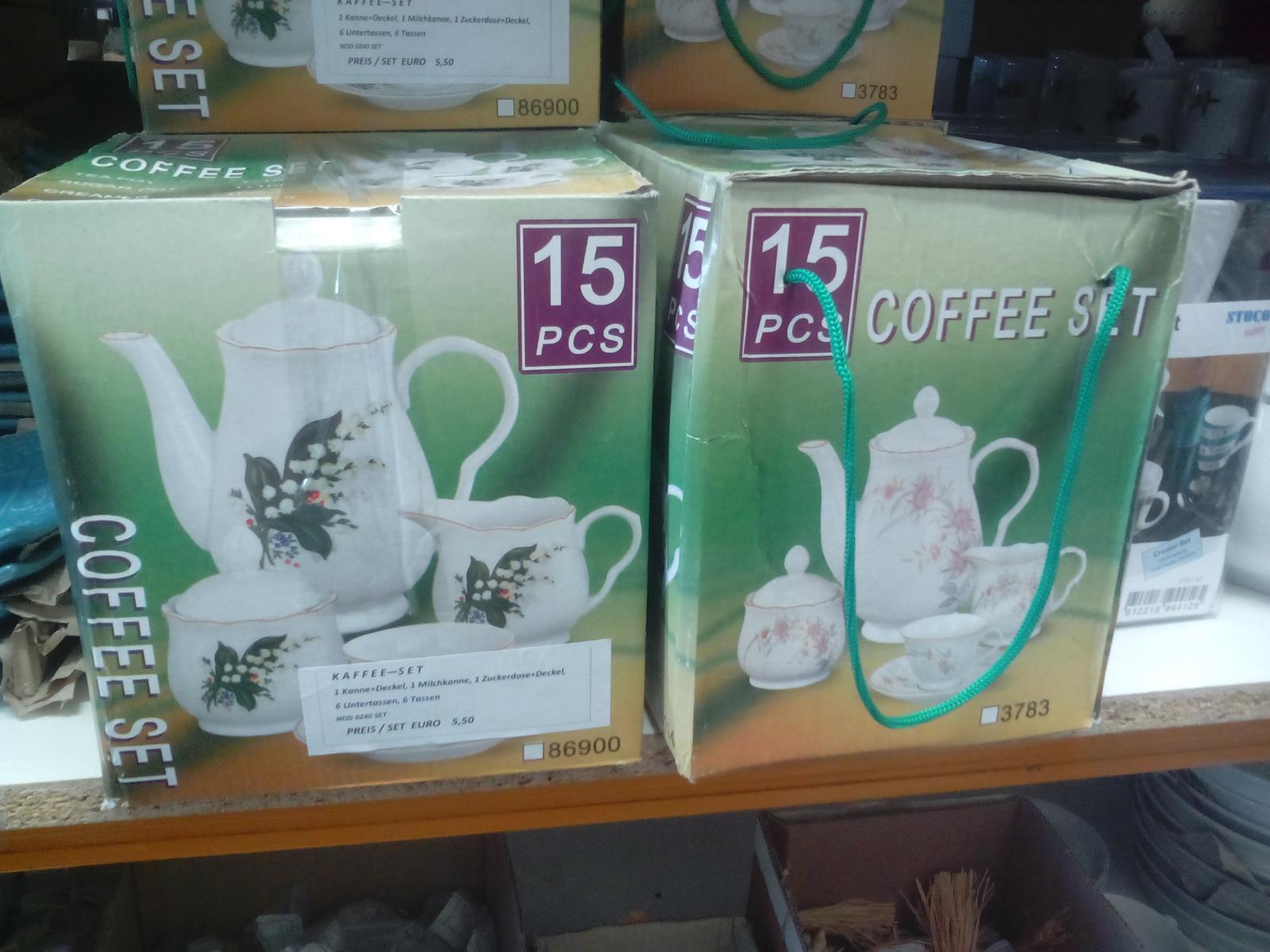 Kráľovstvo gombíkov (a aj všetkého iného) - Dnes som objavil takéto pekné súpravy na kávu z čínskeho porcelánu. 6 tanierikov, 6 šálok, konvička na kávu s vrchnákom, cukrenka s vrchnákom a konvička na mlieko. To všetko za 5,50€