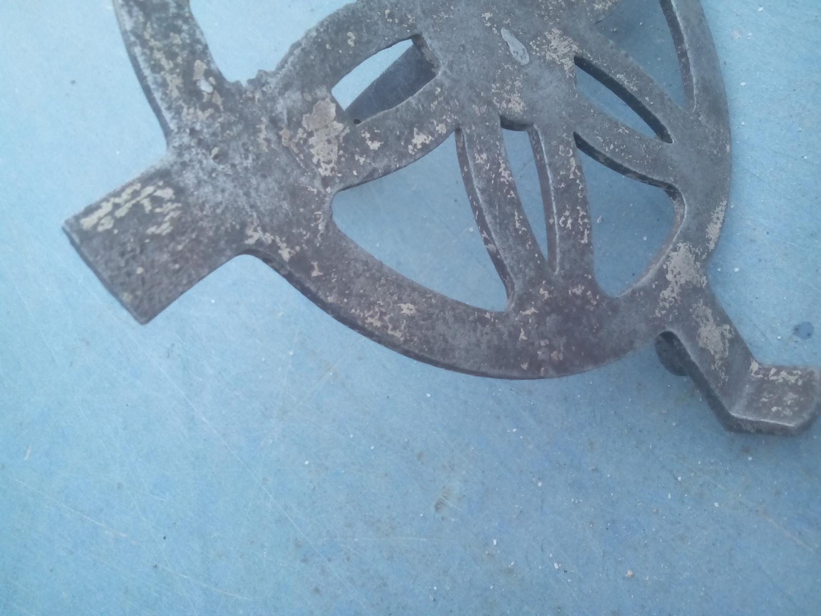Renovácia jednej starej váhy - Na jednej misle je odlomené uško, tak budem musieť vymyslieť, ako a z čoho ho vyrobím nové.