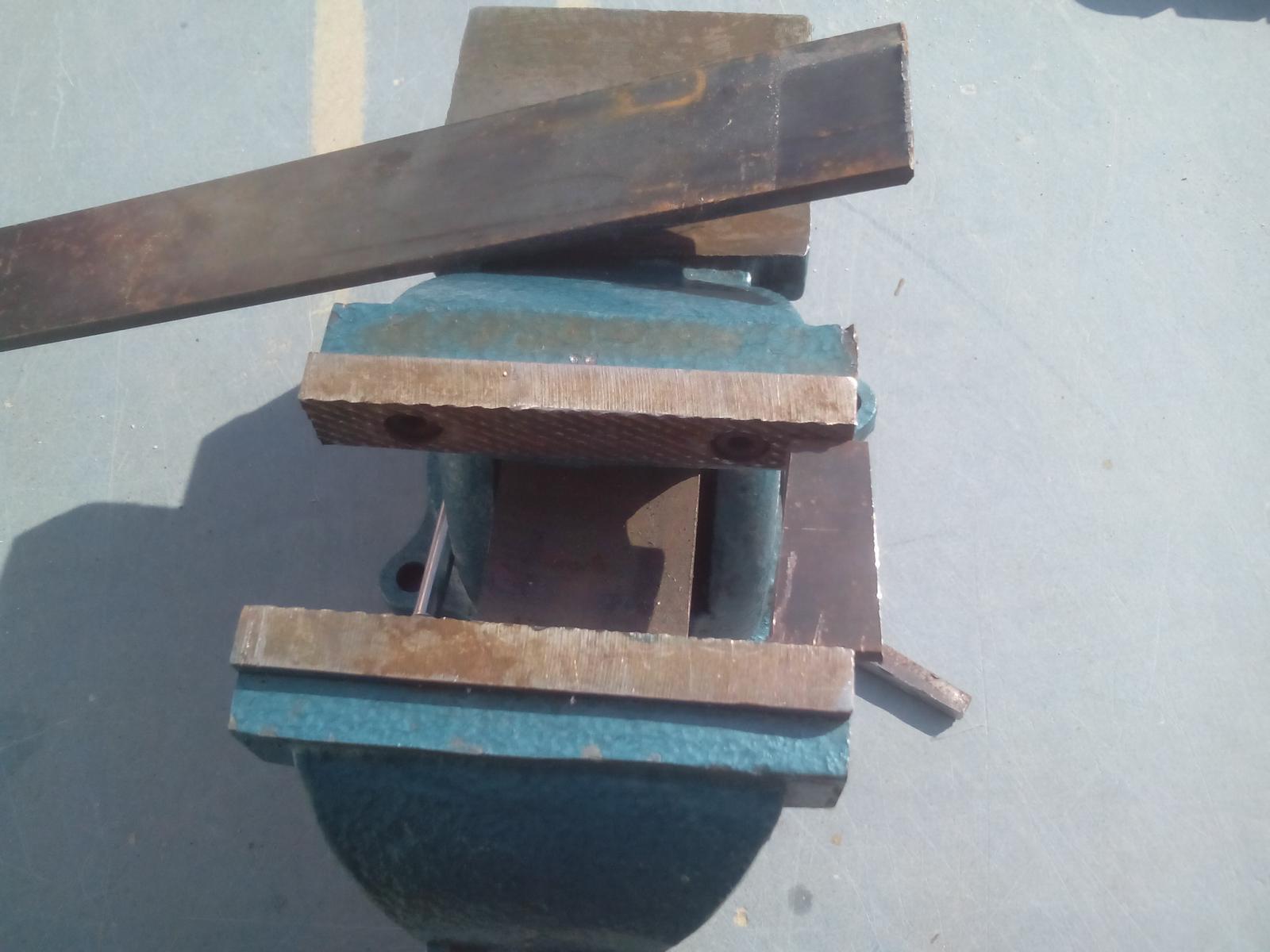 Renovácia jednej starej váhy - Z vhodného materiálu som odrezal kúsok, ktorým nahradím chýbajúcu časť