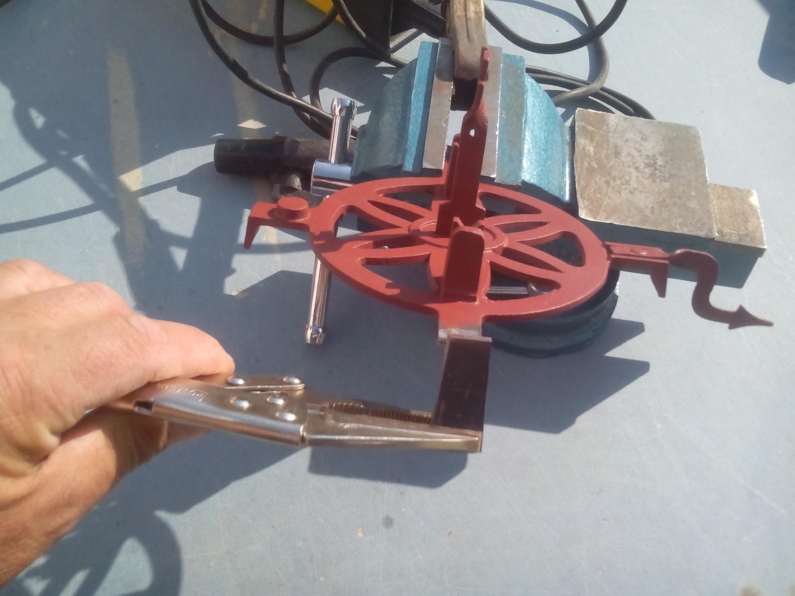 Renovácia jednej starej váhy - Teraz už len navariť na miesto chýbyjúceho kusa