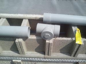 V strede odvodňovacej rúry som vložil kontrolný T medzikos, ktorý bude niekedy v budúcnosti slúžiť ako prípoj pre zvod dažďovej vody zo strechy budúcej dielne, ktorá bude postavená na pivnici.