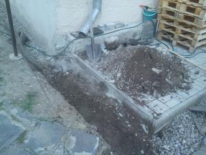 Moja pred dvomi rokmi položená zámková dlažba bude dočasne skladom zeminy....