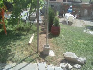Priebežne pokračujem v terénnych úpravach a navážam zeminu na miesto, kde je položená rúra.
