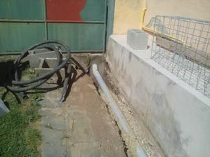 Prechod cez betónová základ brány zabetónovaný.