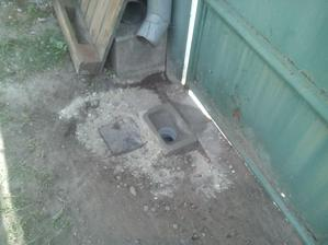 Z druhej strany za bránou zo strany ulice som spravil kanálový vpust vlastnej konštrukcie. Tá kocka vľavo má tiež svoj účel. Tam je vstup pre budúci odvod vody z ulice.