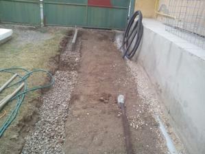 Navozená kamenná drť frakcie 16-32 a do suchého betónu budem ukladať obrubníky (nemajte strach - natiahnem su šnôru...)