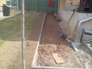 Vonkajšia strana výkopu, ktorá je na susedovom pozemku je už zavezená zeminou a zhruba urovnaná.
