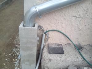 Detail napojenia zvodu dažďovej vody, na pravej strane asi 20cm od vrchu prípoj na odtok budúceho umývadla a prívod vody do umývadla a aj na pripojenie záhradnej hadice.