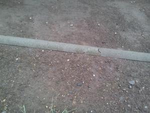 Ešte taký malý detail... obrubník a okraj zeminy pred úpravou...