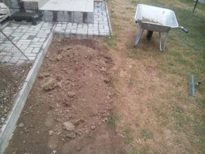 A navážam zeminu, ktorú som odkopal na druhej časti chodníka.