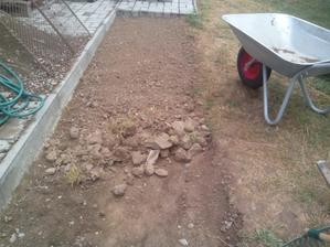 Všetky kamene poctivo vyberám a nechávam len čistú zeminu.