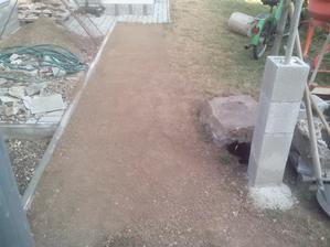 Už sa začína rysovať podklad pod budúci trávnik.