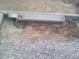 Žľab uložený a provizórne zafixovaný, pokiaľ trochu betón zatvrdne