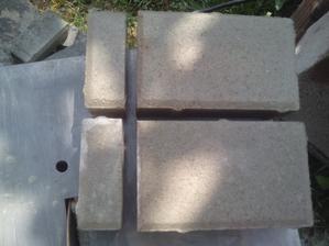 Dnes som už musel jednotlivé kamene zrezávať na potrebný rozmer. Každý zrezaný kameň, ktorý použijem musí mať zrazenú hranu, aby ho nebolo rozoznať od originálneho (tie na pravej strane)