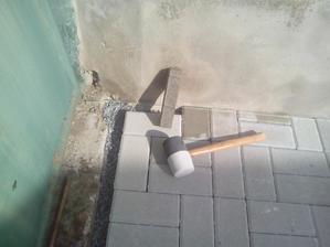 Konečne posledný kus dlyžby. Tá medzera, ktorá tam ostala bude vyliata betónom, lebo musím opraviť aj povrch na betónovom preklade pod bránou. Tak to už spravím na jedenkrát.