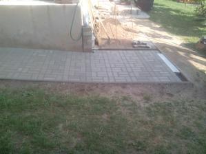 Potom už len odpratať prebytočnú zeminu z provizórnej skladovacej plochy, spraviť tam poriadok a vyumývať dlažbu